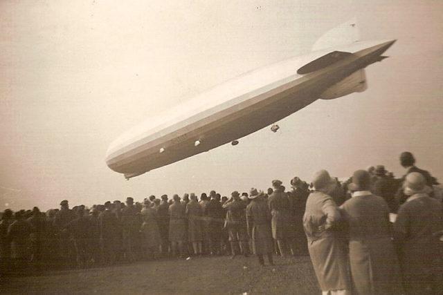 People-watching-the-landing-of-Graf-Zeppelin-LZ 127