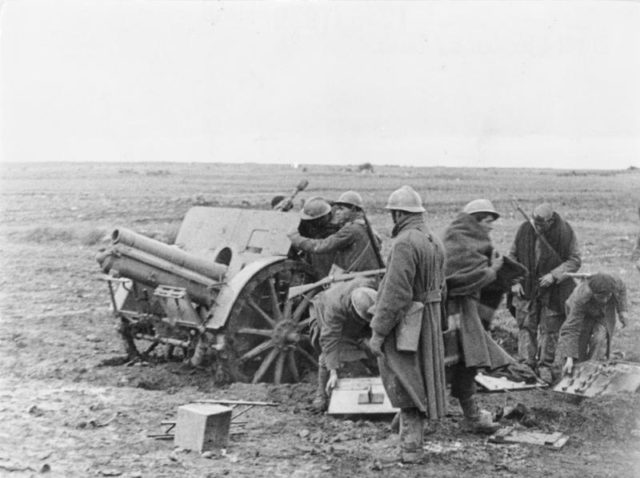 Italian-troops-manning-a 10cm-howitzer